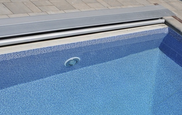 Verwarming zwembad met een rolluik