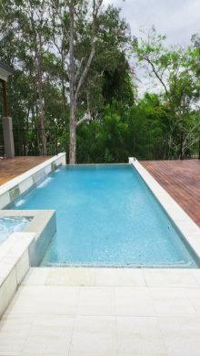 betonnen zwembad plaatsen