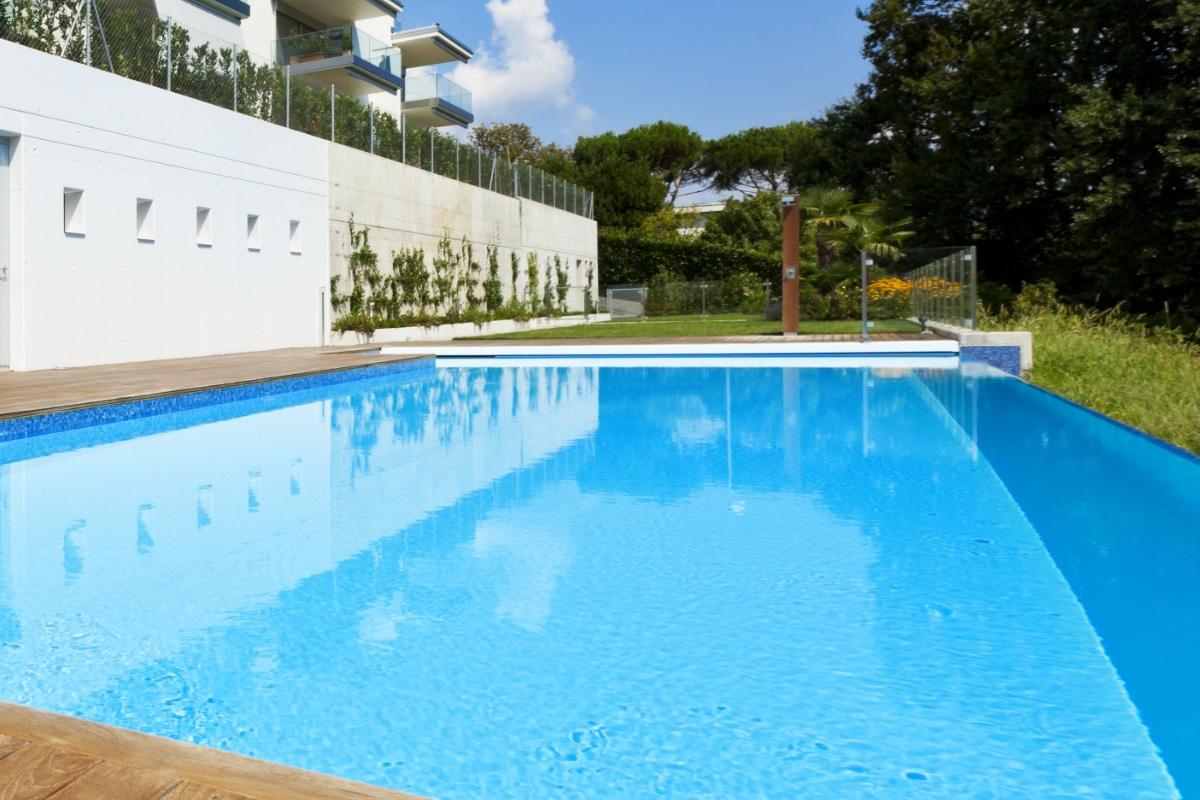 zwembadafdekking prijs mogelijkheden zwembad afdekken