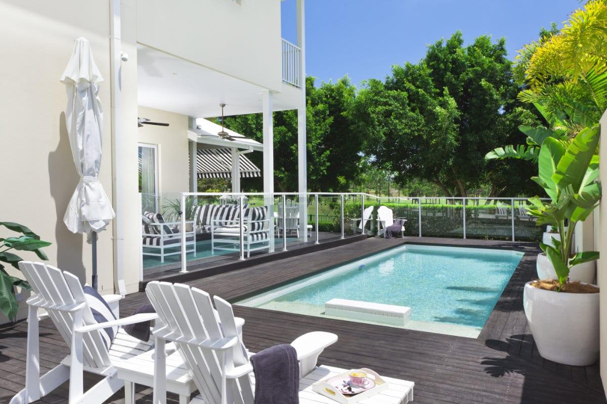 Inbouw zwembad soorten en prijzen - Zwembad terras hout photo ...
