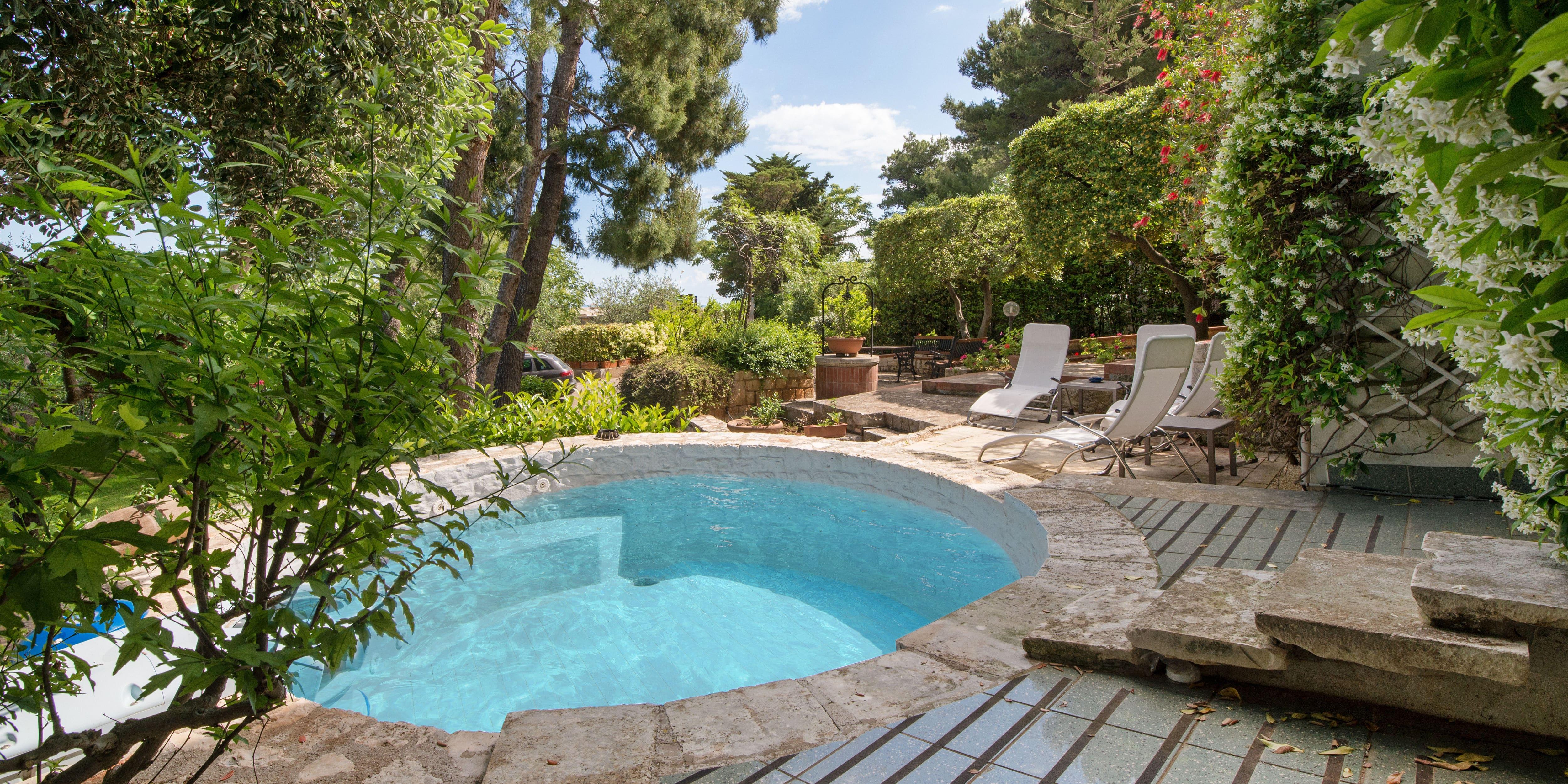 klein zwembad in tuin