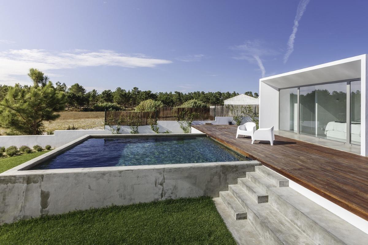 zwembad aanleggen bij moderne woning